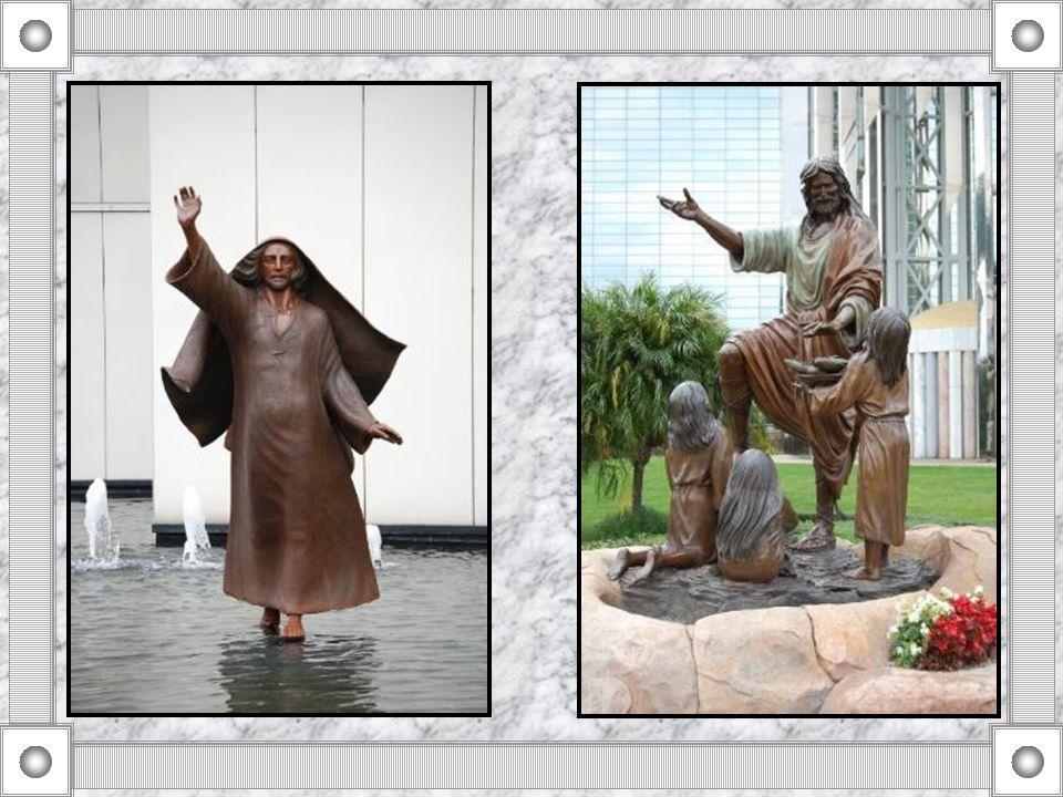Jardines al aire libre, salpicada de flores y estatuas de temática religiosa, completan la decoración de la Catedral de Cristal.