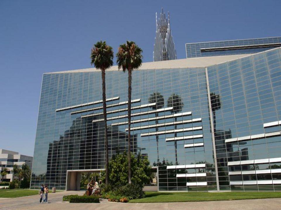 . Todo de acero y de vidrio con una torre de 72 metros de plata