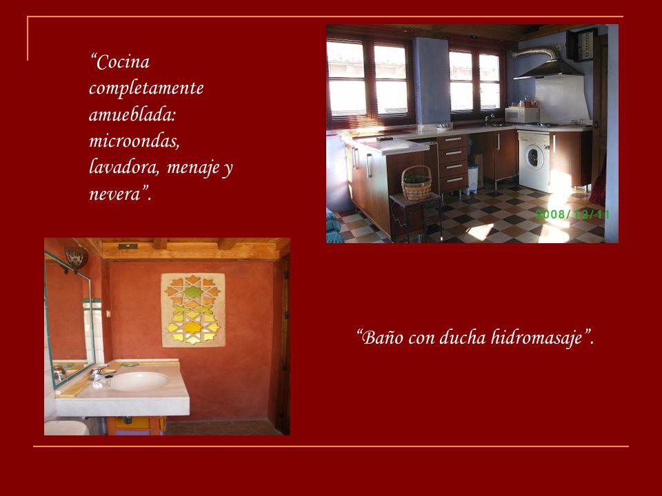 Tercera planta: habitación muy luminosa, cama de matrimonio con vistas directas a la Alhambra desde la misma.