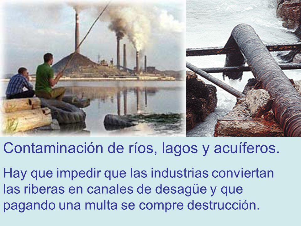 La contaminación de los mares. Desastre ecológico en Galicia, noviembre de 2002. El buque Prestige se hunde con miles de toneladas de petróleo.