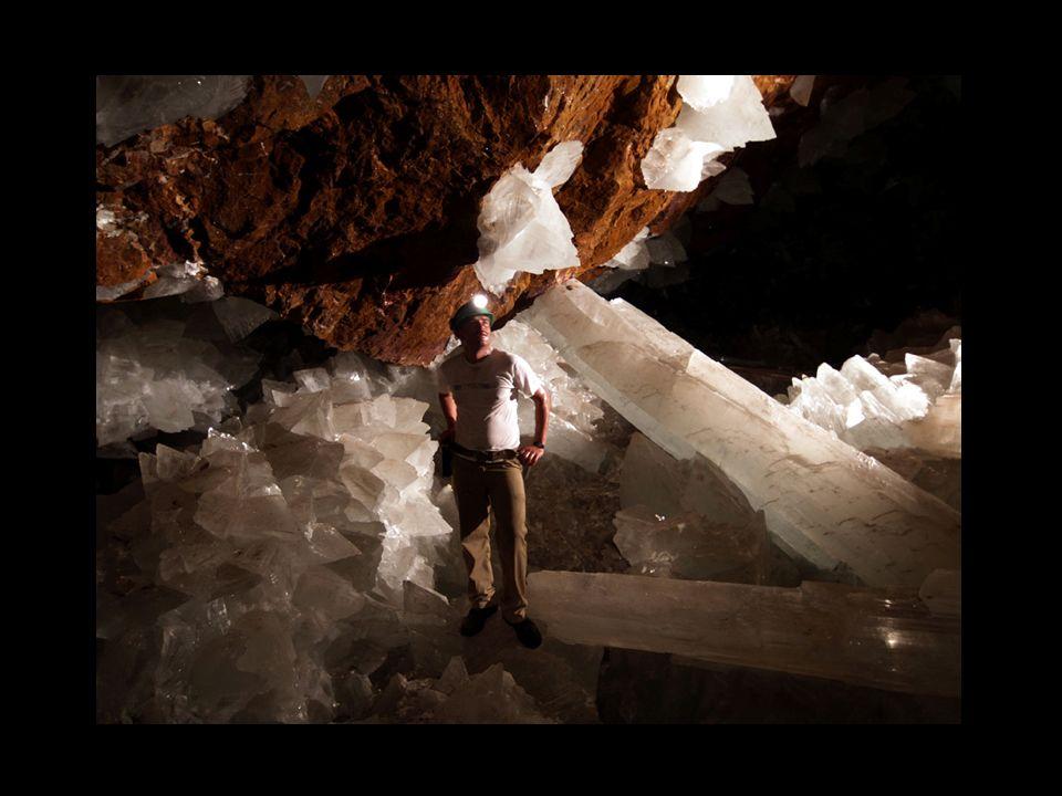 Cuando regresamos me coloqué en un sitio estratégico y comencé a tomar fotos, pidiéndole a mi compañero que se colocara entre los cristales, para tener una referencia de su tamaño.