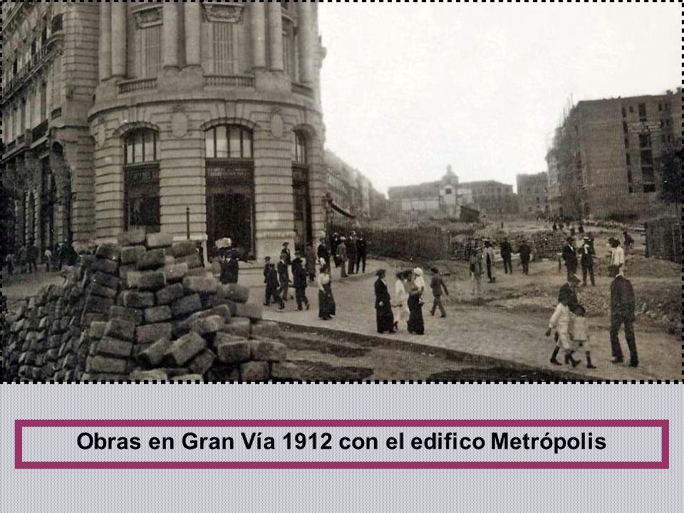 Para construir la Gran Vía se expropiaron alrededor de 330 edificios en 30 manzanas. En un principio se propuso pavimentar la calzada con madera como