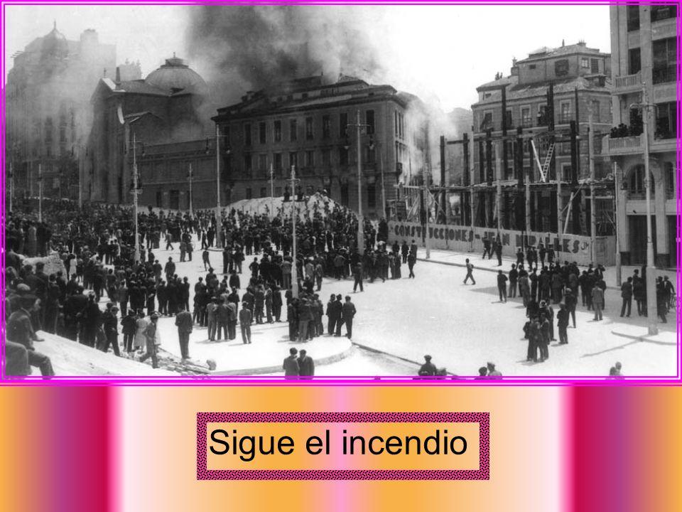 11-5-1931 Observando el incendio del convento S. Fco. de Borja entre calle Flor y Gran Vía