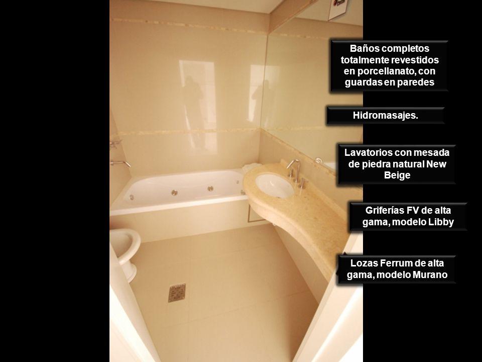 Baños completos totalmente revestidos en porcellanato, con guardas en paredes Hidromasajes. Lavatorios con mesada de piedra natural New Beige Grifería