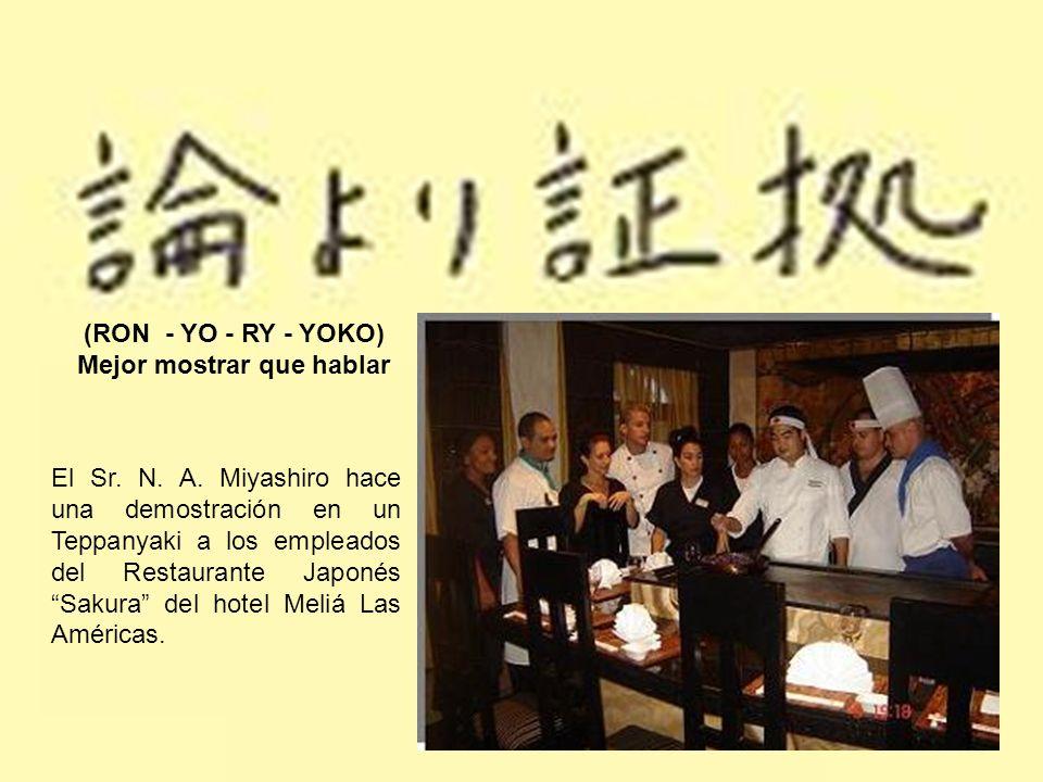 (RON - YO - RY - YOKO) Mejor mostrar que hablar El Sr. N. A. Miyashiro hace una demostración en un Teppanyaki a los empleados del Restaurante Japonés