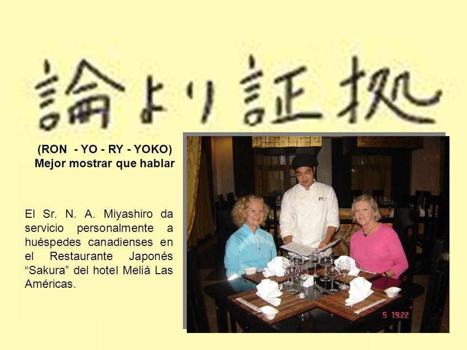 (RON - YO - RY - YOKO) Mejor mostrar que hablar El Sr. N. A. Miyashiro da servicio personalmente a huéspedes canadienses en el Restaurante Japonés Sak
