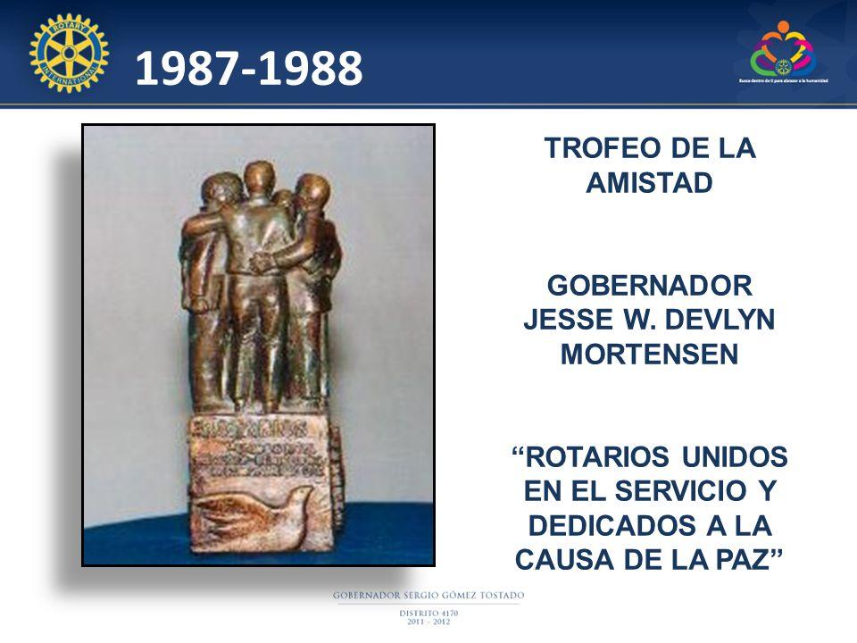 TROFEO DE LA AMISTAD GOBERNADOR JESSE W. DEVLYN MORTENSEN ROTARIOS UNIDOS EN EL SERVICIO Y DEDICADOS A LA CAUSA DE LA PAZ 1987-1988