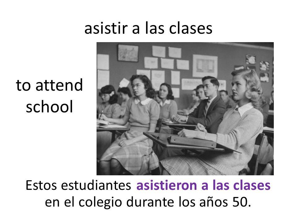 asistir a las clases Estos estudiantes asistieron a las clases en el colegio durante los años 50.