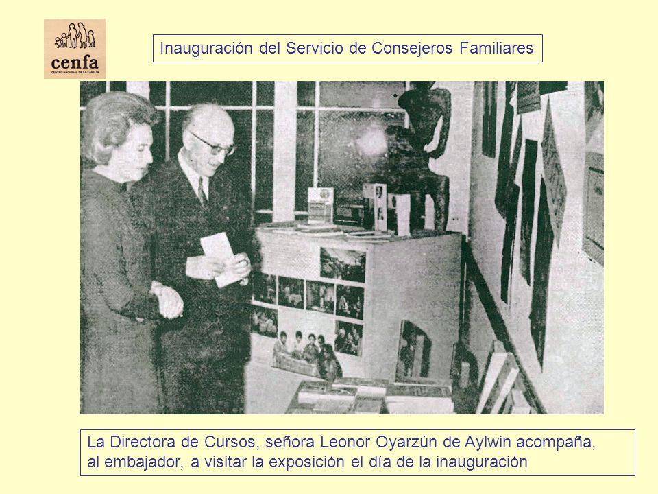 La Directora de Cursos, señora Leonor Oyarzún de Aylwin acompaña, al embajador, a visitar la exposición el día de la inauguración Inauguración del Ser