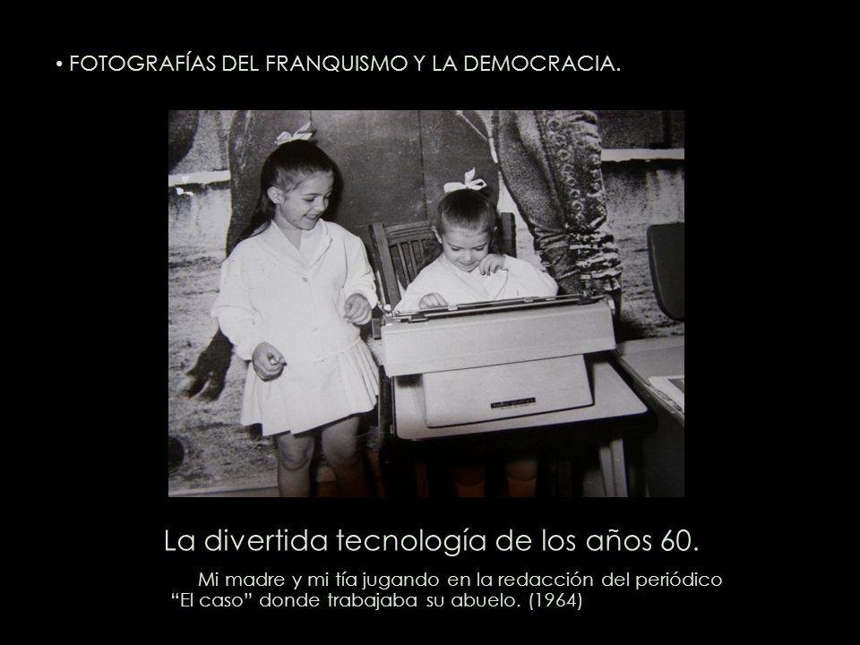 La divertida tecnología de los años 60. Mi madre y mi tía jugando en la redacción del periódico El caso donde trabajaba su abuelo. (1964) FOTOGRAFÍAS