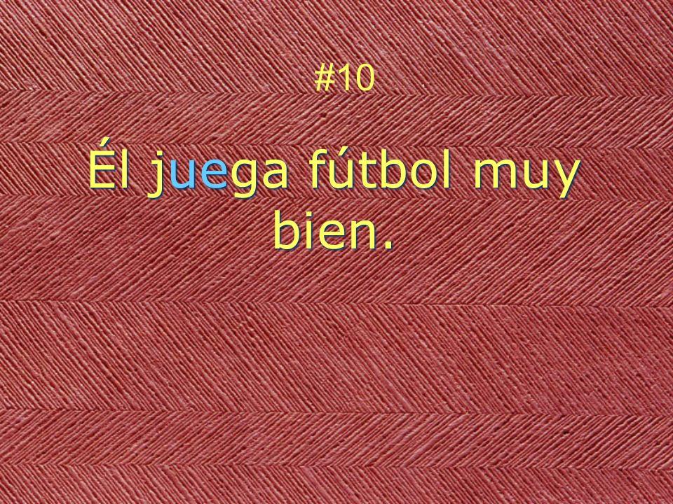 Él juega fútbol muy bien. #10