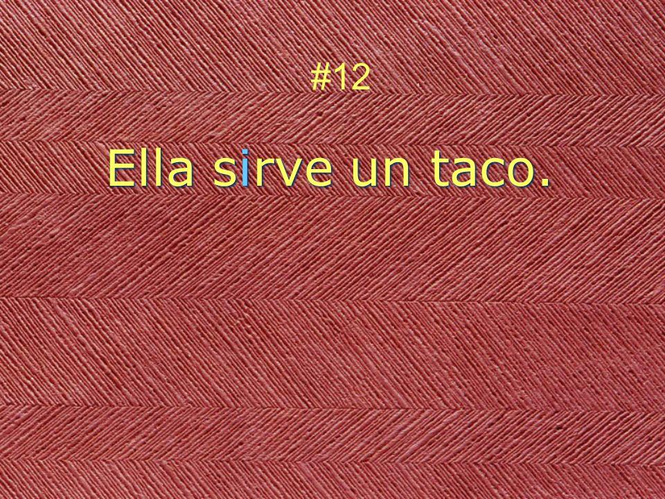 Ella sirve un taco. #12