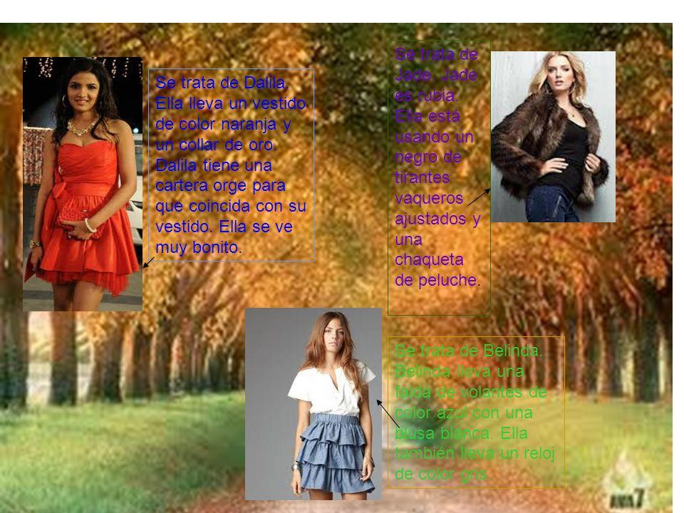 Se trata de Dalila. Ella lleva un vestido de color naranja y un collar de oro.