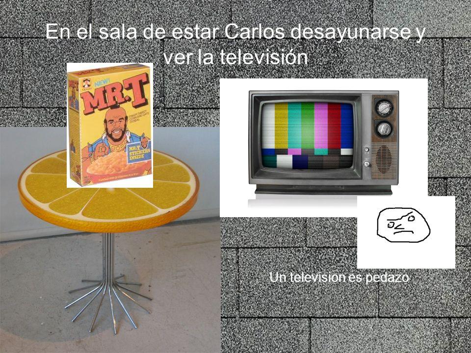 En el sala de estar Carlos desayunarse y ver la televisión Un television es pedazo