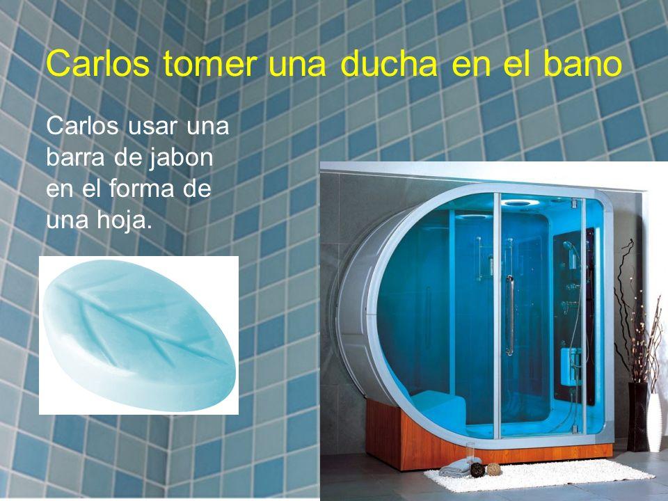 Carlos tomer una ducha en el bano Carlos usar una barra de jabon en el forma de una hoja.