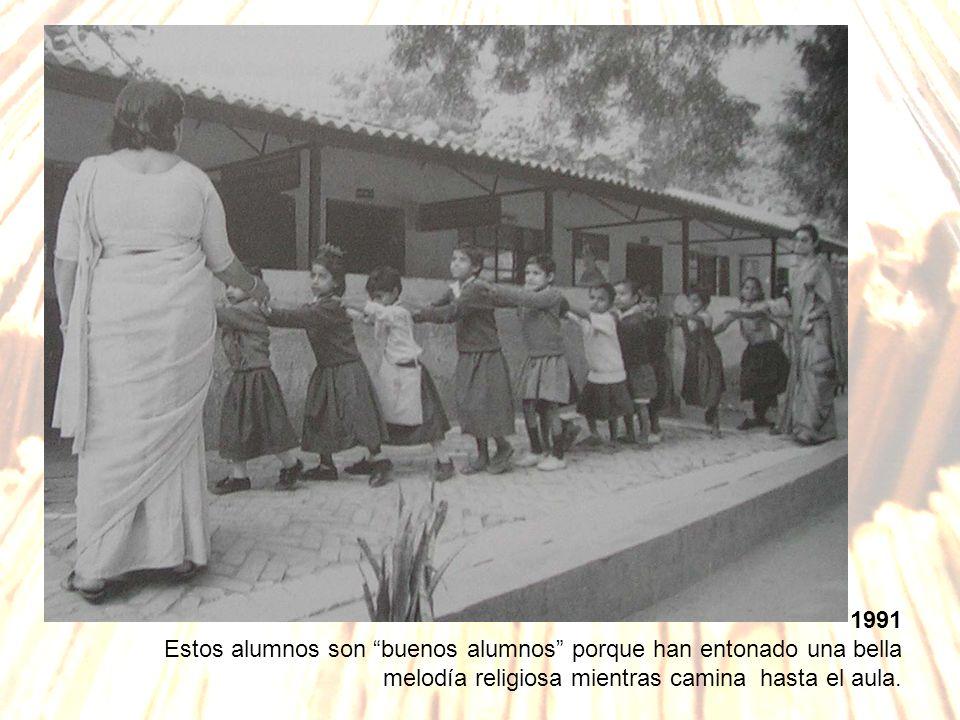 1991 Estos alumnos son buenos alumnos porque han entonado una bella melodía religiosa mientras camina hasta el aula.