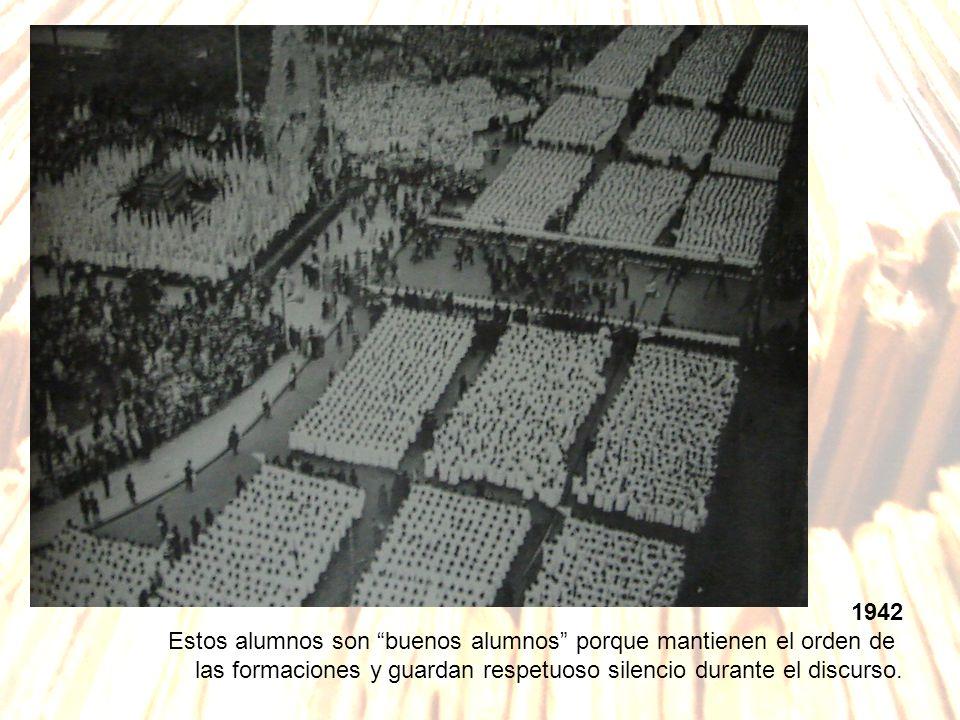 1942 Estos alumnos son buenos alumnos porque mantienen el orden de las formaciones y guardan respetuoso silencio durante el discurso.