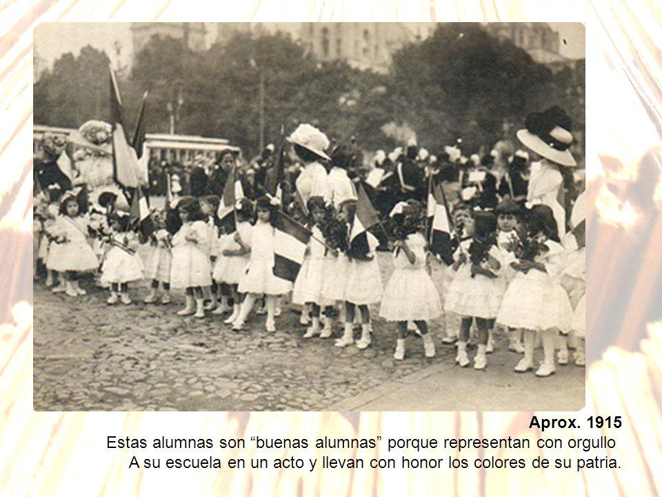 Aprox. 1915 Estas alumnas son buenas alumnas porque representan con orgullo A su escuela en un acto y llevan con honor los colores de su patria.