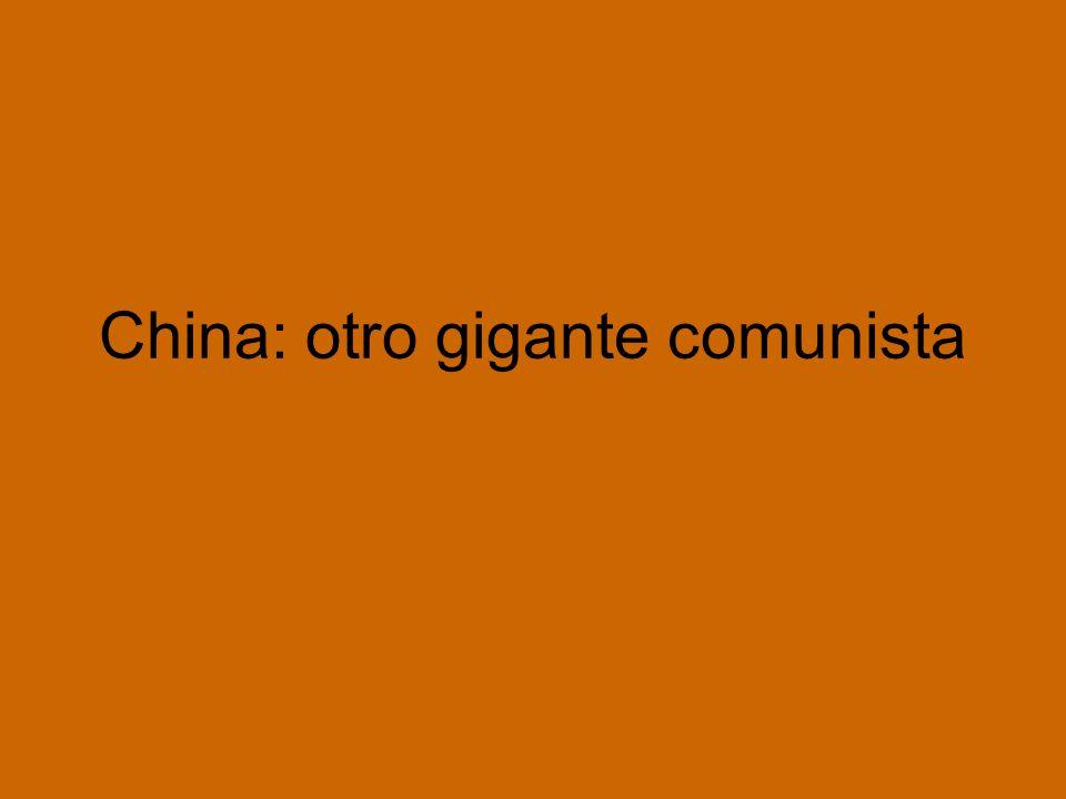 1955: Mao anunció el abandono del modelo soviético de desarrollo: Lo fundamental: la colectivización agraria para mejorar las condiciones de vida de la población y lograr una transformación social La movilización social era el requisito necesario para el progreso técnico, y no al revés En 1963 se produjo la ruptura con la URSS La nueva situación de distensión Este-Oeste y la insistencia soviética en que China redujera su agresividad regional convencieron a Mao de que la URSS había traicionado los principios de la revolución, y de que China debía asumir el liderazgo comunista, especialmente en el Tercer Mundo