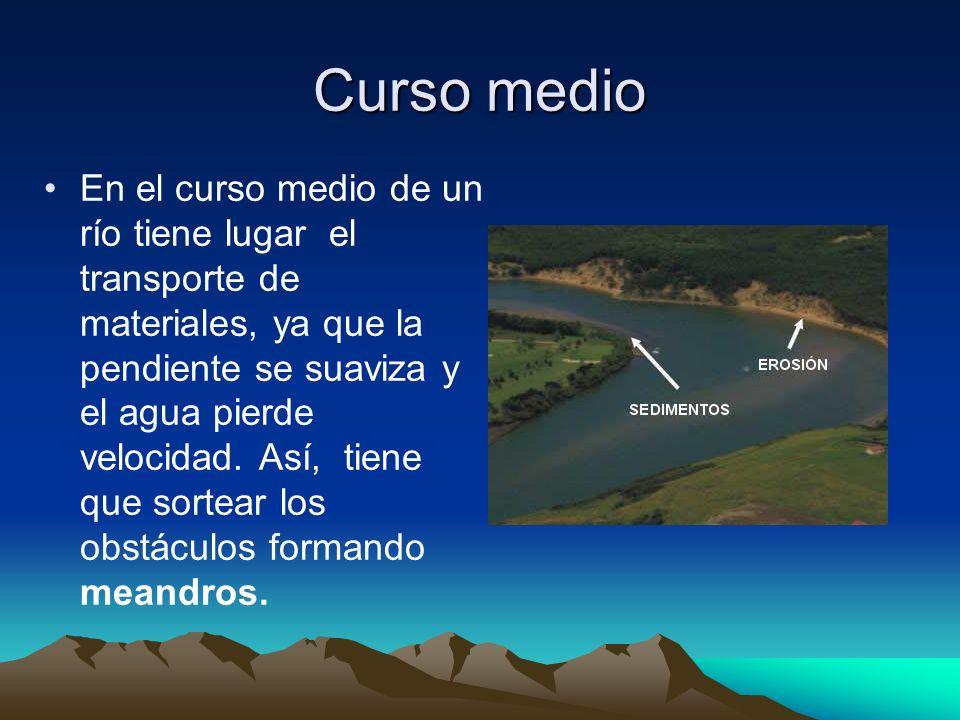 Curso medio En el curso medio de un río tiene lugar el transporte de materiales, ya que la pendiente se suaviza y el agua pierde velocidad. Así, tiene