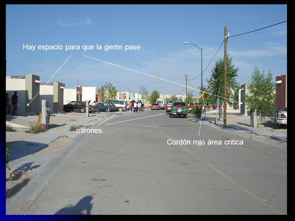 Cordón rojo área critica Hay espacio para que la gente pase mirones