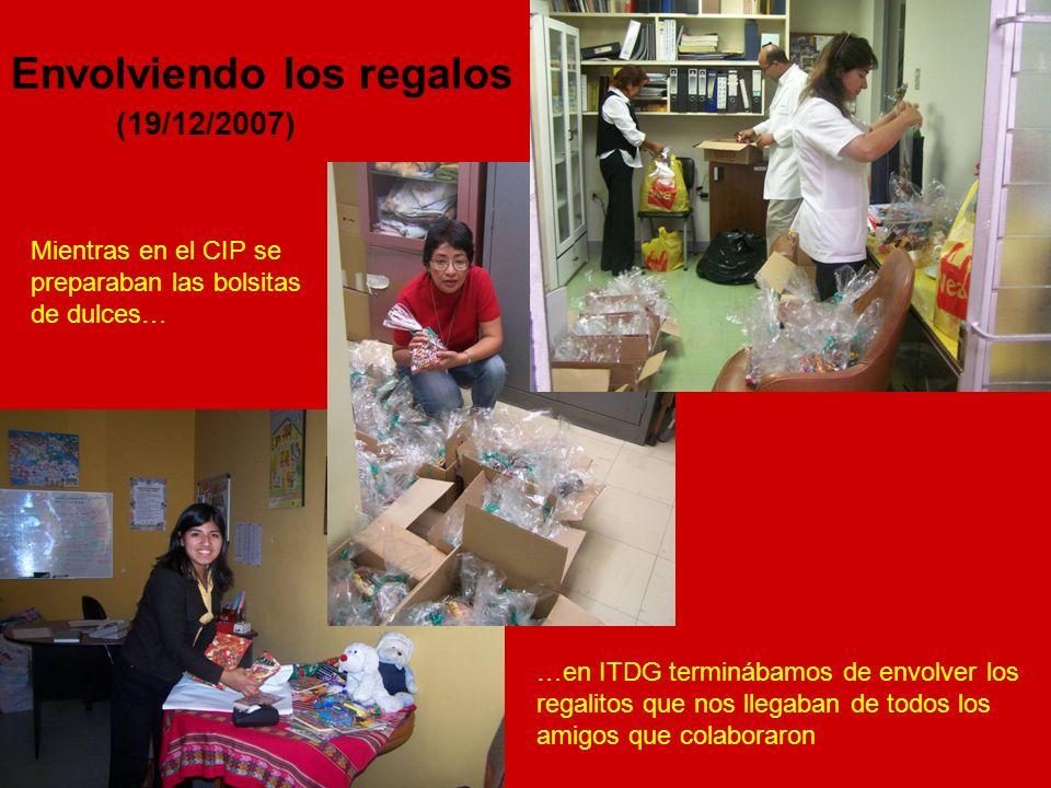 Mientras en el CIP se preparaban las bolsitas de dulces… …en ITDG terminábamos de envolver los regalitos que nos llegaban de todos los amigos que colaboraron Envolviendo los regalos (19/12/2007)