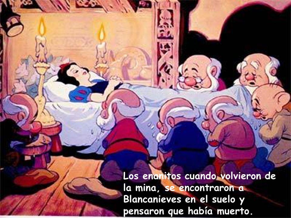 Los enanitos cuando volvieron de la mina, se encontraron a Blancanieves en el suelo y pensaron que había muerto.