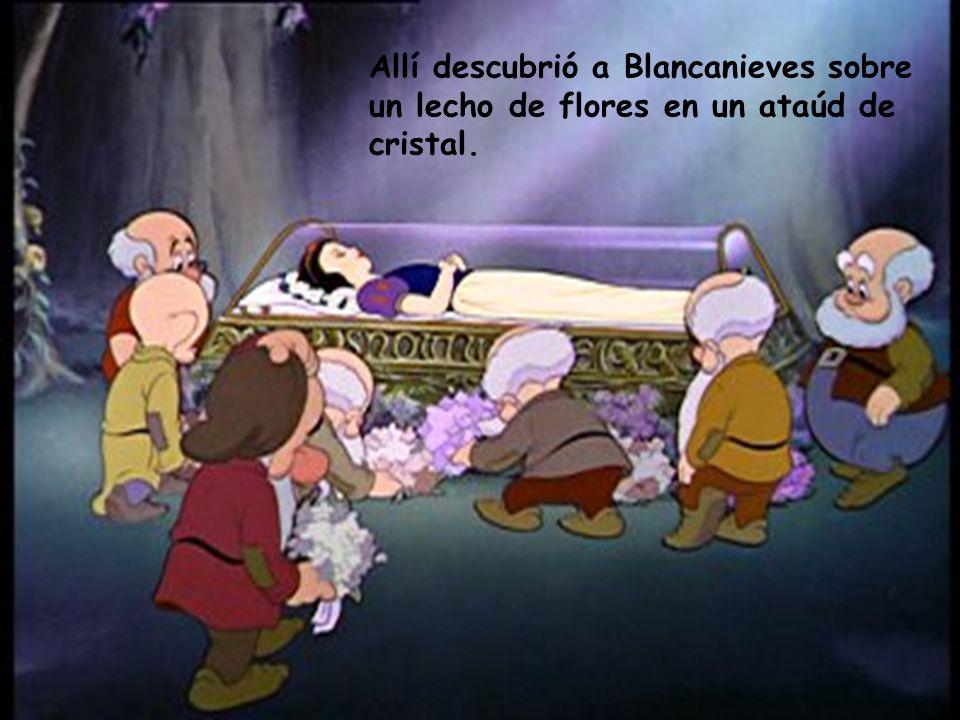 Allí descubrió a Blancanieves sobre un lecho de flores en un ataúd de cristal.