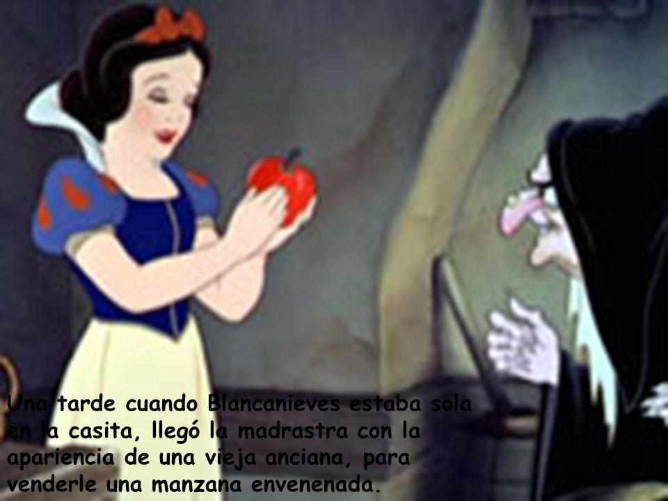 Una tarde cuando Blancanieves estaba sola en la casita, llegó la madrastra con la apariencia de una vieja anciana, para venderle una manzana envenenad