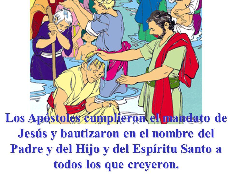 Los Apóstoles cumplieron el mandato de Jesús y bautizaron en el nombre del Padre y del Hijo y del Espíritu Santo a todos los que creyeron.