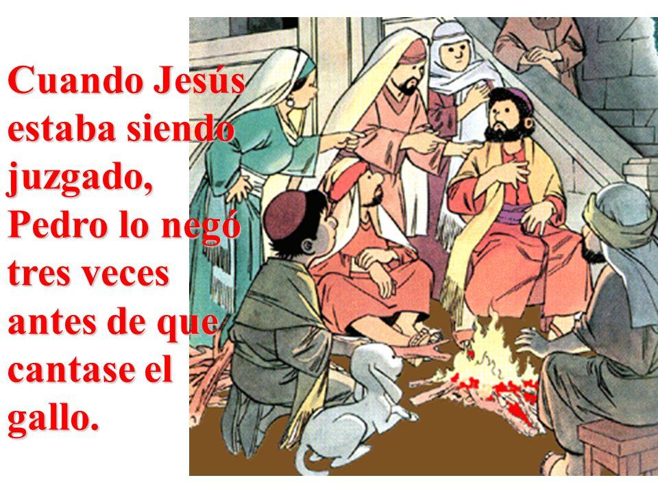 Cuando Jesús estaba siendo juzgado, Pedro lo negó tres veces antes de que cantase el gallo.