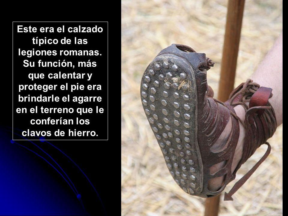 Este era el calzado típico de las legiones romanas. Su función, más que calentar y proteger el pie era brindarle el agarre en el terreno que le confer