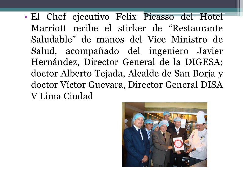 El Chef ejecutivo Felix Picasso del Hotel Marriott recibe el sticker de Restaurante Saludable de manos del Vice Ministro de Salud, acompañado del inge