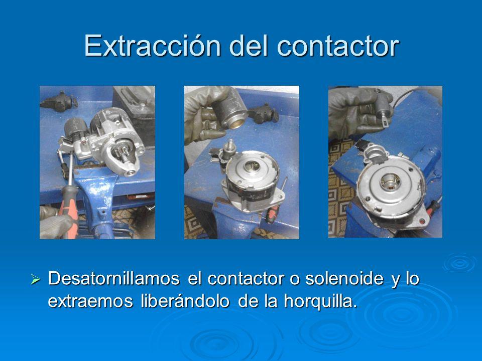 Extracción del contactor Desatornillamos el contactor o solenoide y lo extraemos liberándolo de la horquilla. Desatornillamos el contactor o solenoide