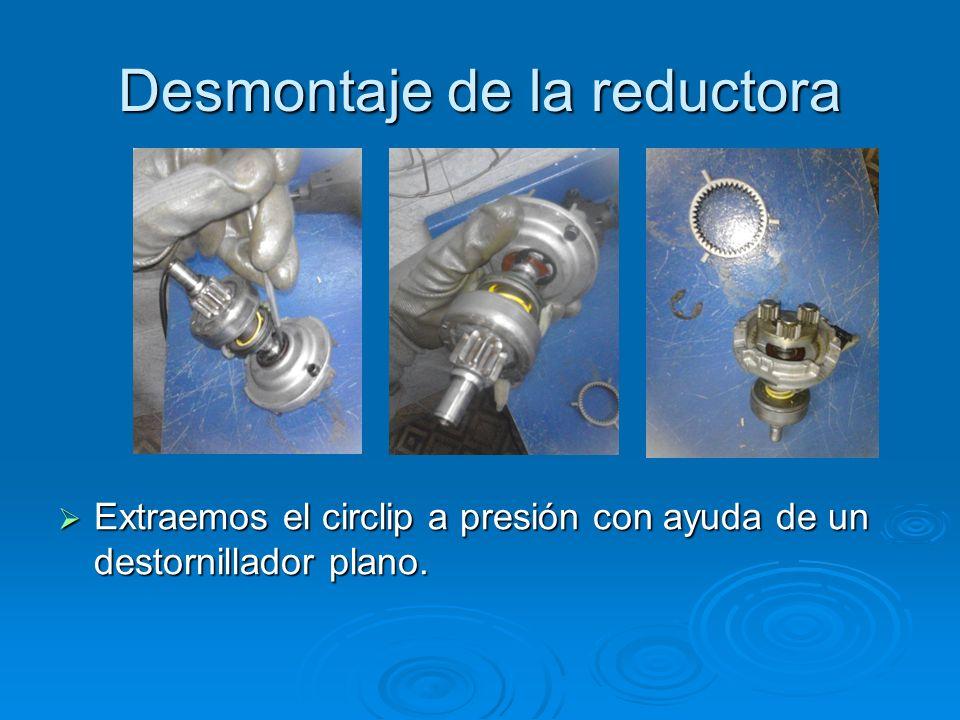 Desmontaje de la reductora Extraemos el circlip a presión con ayuda de un destornillador plano. Extraemos el circlip a presión con ayuda de un destorn