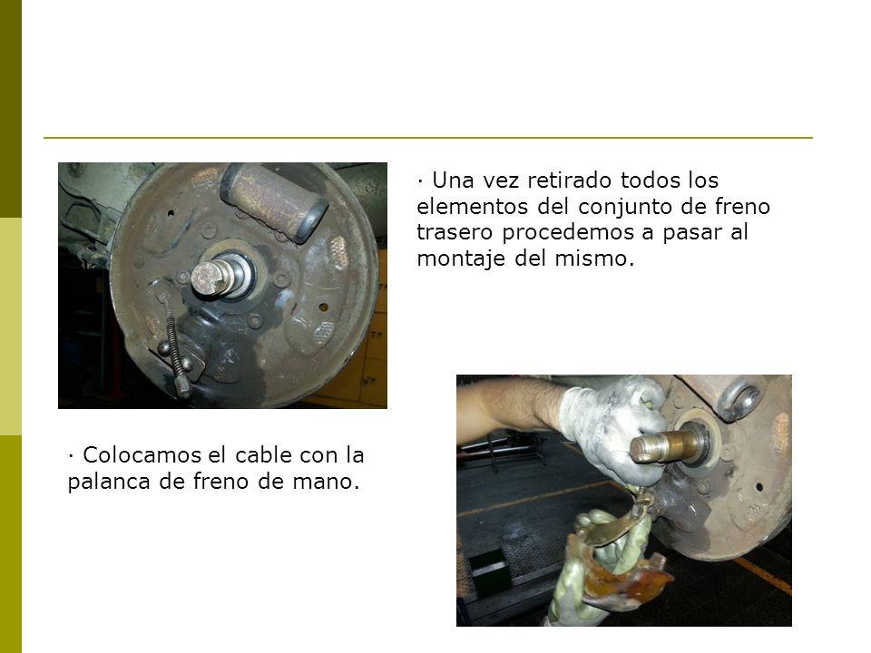· Una vez retirado todos los elementos del conjunto de freno trasero procedemos a pasar al montaje del mismo. · Colocamos el cable con la palanca de f