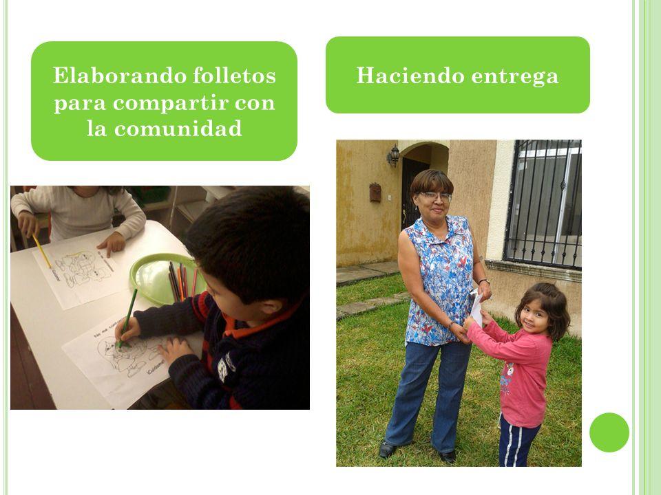 Elaborando folletos para compartir con la comunidad Haciendo entrega