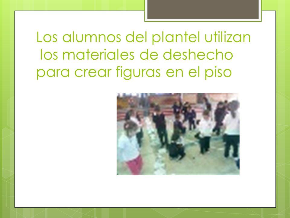 Los alumnos del plantel utilizan los materiales de deshecho para crear figuras en el piso