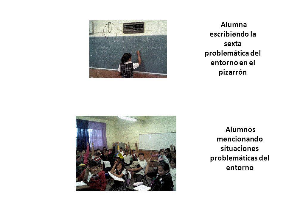 Alumna escribiendo la sexta problemática del entorno en el pizarrón Alumnos mencionando situaciones problemáticas del entorno