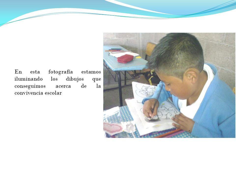 En esta fotografía estamos iluminando los dibujos que conseguimos acerca de la convivencia escolar