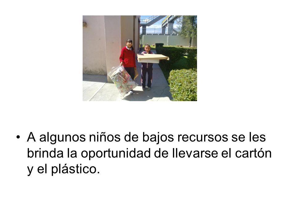 A algunos niños de bajos recursos se les brinda la oportunidad de llevarse el cartón y el plástico.