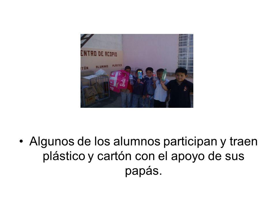 Algunos de los alumnos participan y traen plástico y cartón con el apoyo de sus papás.