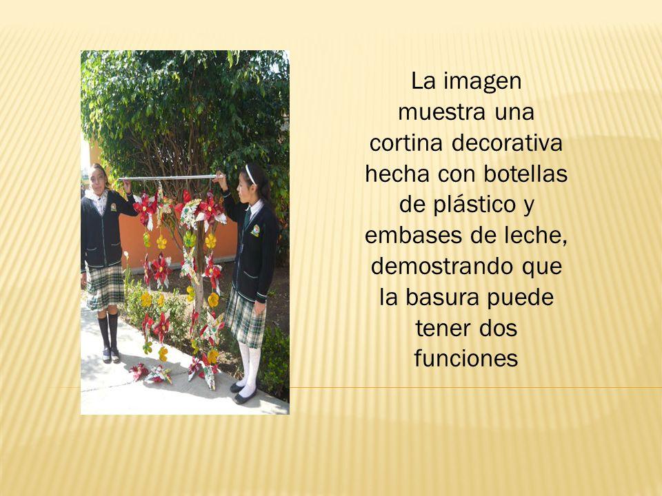 Dos funciones Las fotografías demuestran adornos y un bote que los alumnos realizaron, dando una segunda función a la basura, logrando su meta inicial.