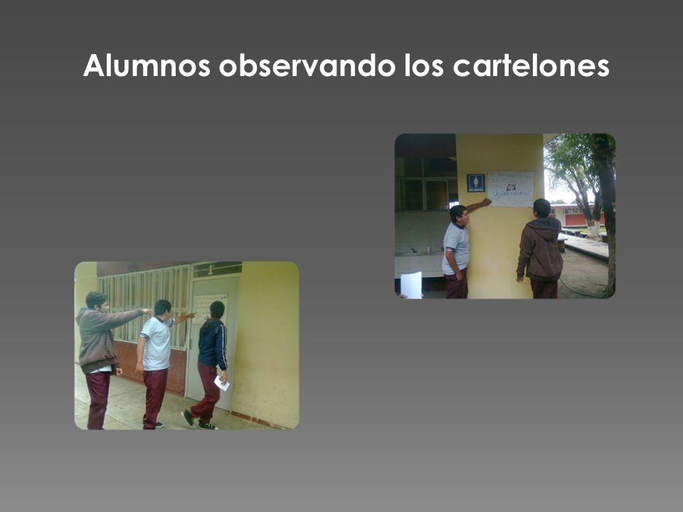 Alumnos observando los cartelones