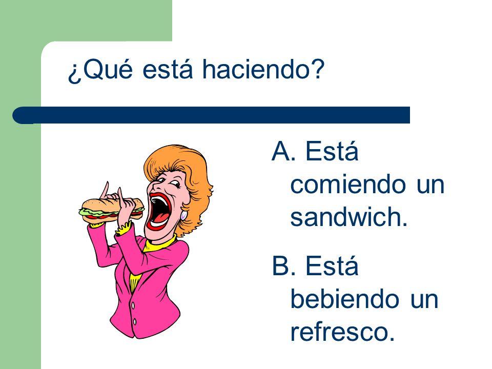 ¿Qué está haciendo? A. Está comiendo un sandwich. B. Está bebiendo un refresco.