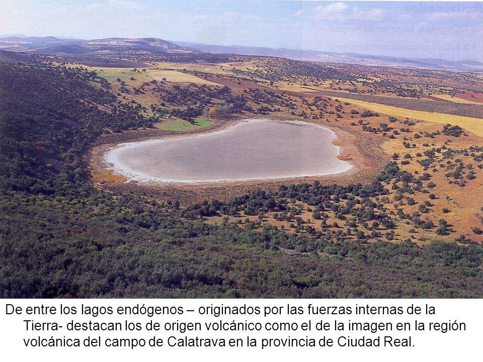 De entre los lagos endógenos – originados por las fuerzas internas de la Tierra- destacan los de origen volcánico como el de la imagen en la región vo