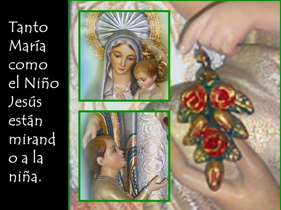 María, con su mano en la cabeza de la niña, la acerca a su Hijo Jesús.