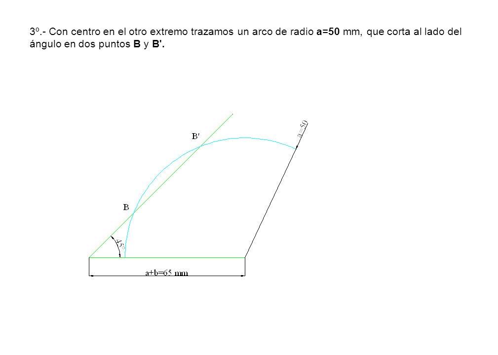 3º.- Con centro en el otro extremo trazamos un arco de radio a=50 mm, que corta al lado del ángulo en dos puntos B y B'.