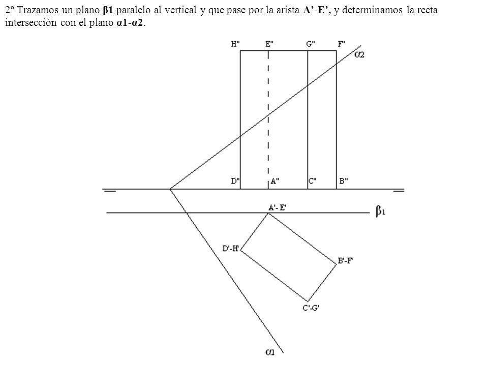 2º Trazamos un plano β1 paralelo al vertical y que pase por la arista A-E, y determinamos la recta intersección con el plano α1-α2.