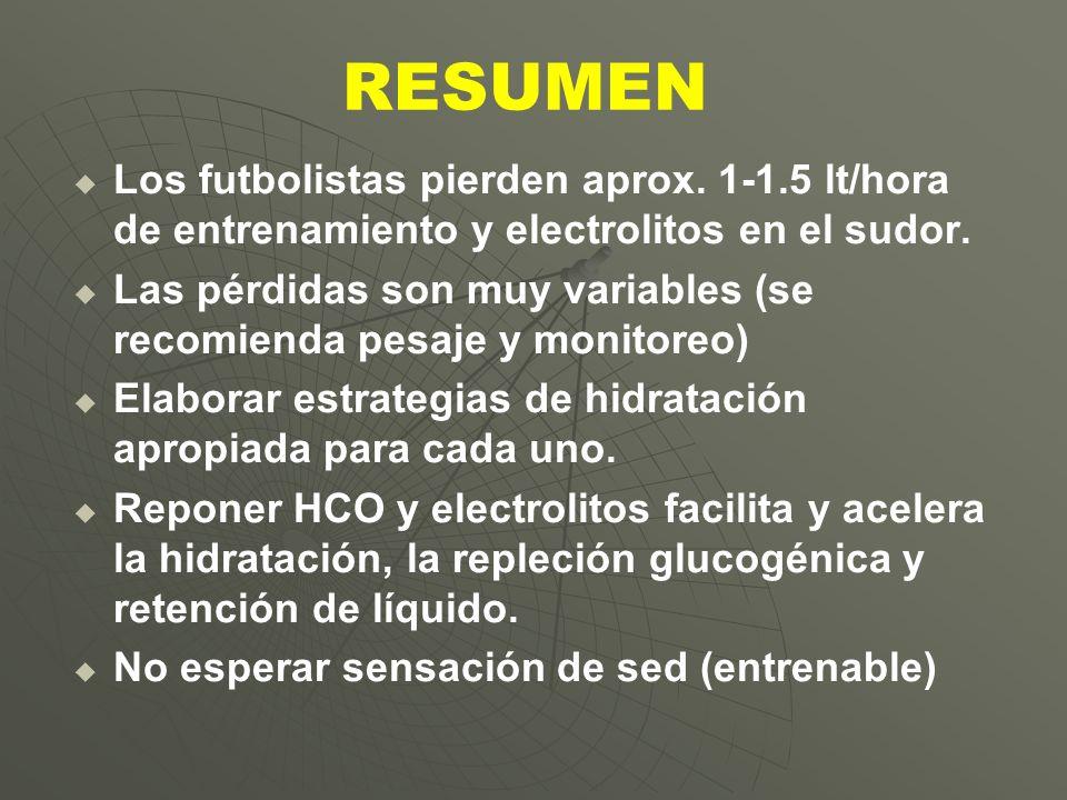 RESUMEN Los futbolistas pierden aprox. 1-1.5 lt/hora de entrenamiento y electrolitos en el sudor. Las pérdidas son muy variables (se recomienda pesaje